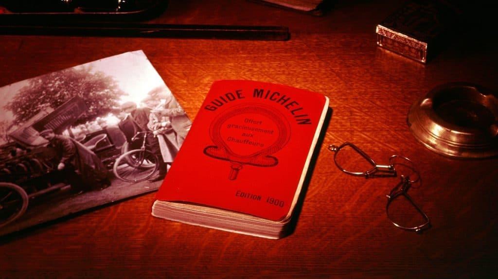 Guide Michelin d'origine sur une table