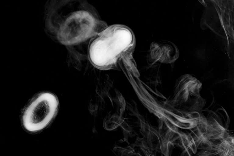 ronds avec une cigarette électronique