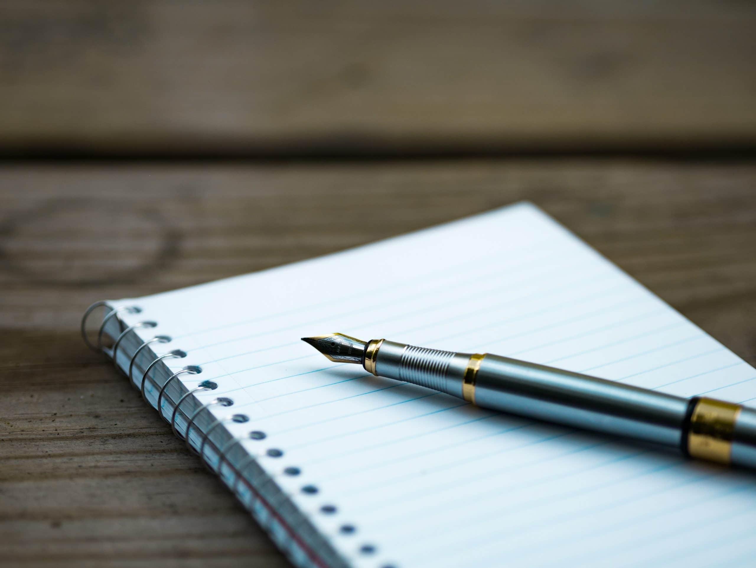 Un stylo plume et un cahier