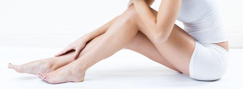 Femme avec des jambes à la peau parfaite