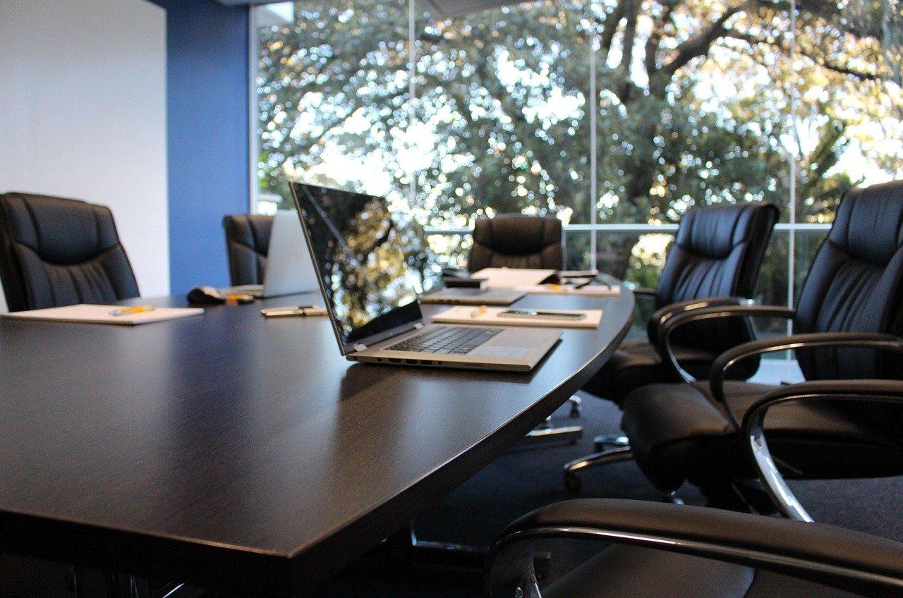 Un ordinateur sur une table de réunion